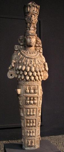 21. Artemisa de Éfeso con corona en forma de torre